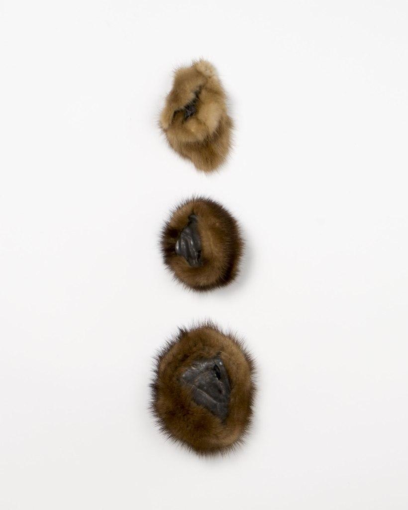 atribu | 7x11cm, 8x9cm et 10x12cm | fourrure | grès noir émaillé | 2016
