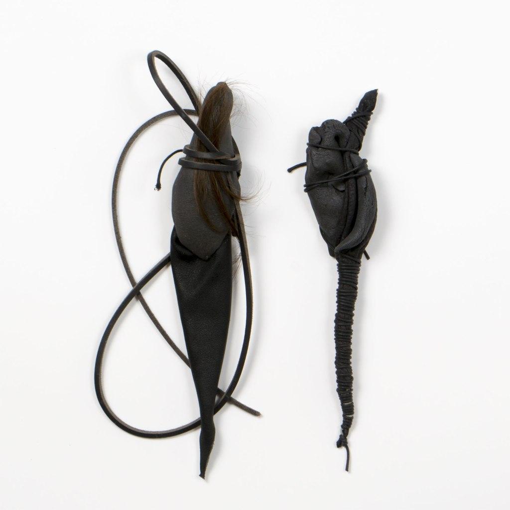 atribu | 5x29cm et 5x27cm | grès noir | cuir | cheveux | 2016
